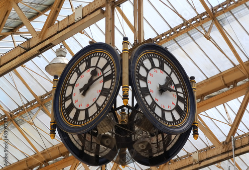 In de dag Londen A train station clock