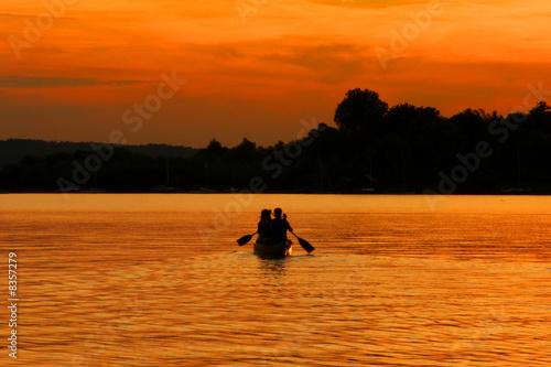 Foto-Leinwand - Paar mit Kanu beim Sonnenuntergang (von Andreas Haertle)