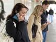 canvas print picture - Junge Leute /Jugendliche telefonieren, schicken SMS mit dem Hand