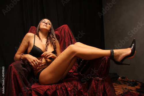 Obraz Ragazza in catene - fototapety do salonu