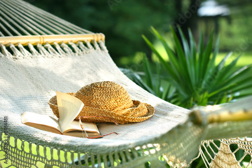 Photo  Hammock, book, hat, and glasses on a sunny day