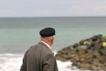 Vieux Monsieur Avec Une Casquette De Marin