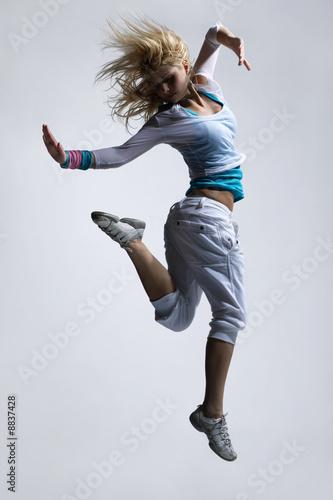 stylowy-i-fajnie-wygladajacy-skaczacy-breakdancer