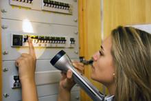 Frau Bei Sicherungskasten Nach Stromausfall