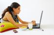 Jeune fille brune devant son ordinateur 2