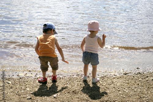 Fotografie, Obraz  frère et soeur au bord de l'eau
