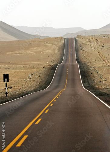 asfaltowa-ulica-w-srodku-pustyni