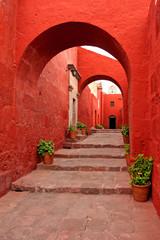 Fototapeta Czerwony stary tradycyjny budynek z łukiem