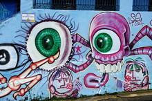 Monstre Aux Yeux Verts Tagué Sur Un Mur Bleu, Brésil.
