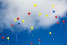 Viele Bunte Luftballons Vor Blauem Himmel