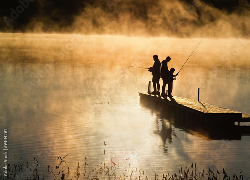 Papiers peints Peche Early morning fishing in autumn on a lake