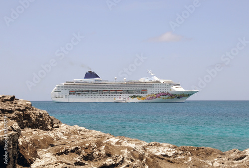 Cadres-photo bureau Caraibes Cruise ship visiting exotic Caribbean island