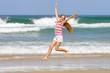 Jeune fille sautant de joie