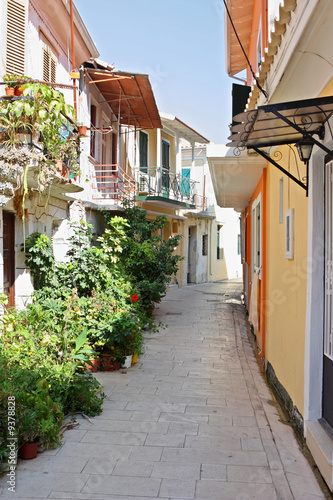 Spoed Foto op Canvas Smal steegje A narrow street in the island town of Lefkada, Greece