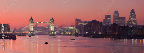 Montage in der Fensternische London Tower Bridge and city of London with deep red sunset