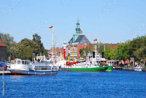 Fotografía Emder Delft mit Ausflug- und Zollbooten