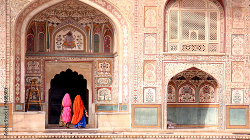 Tuinposter India Two women walking in the Amber Fort, Jaipur