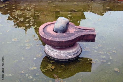 Photo sur Plexiglas Zen pierres a sable Linga en estanque de Orchha