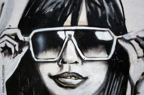 graffiti moda chica con gafas de sol