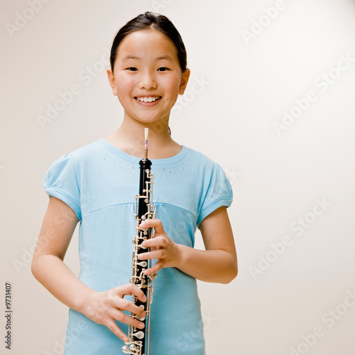 Photo Confident musician holding clarinet