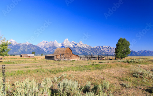 Foto auf Gartenposter Gebirge Moulton Barn at Grand Teton National Park in the morning