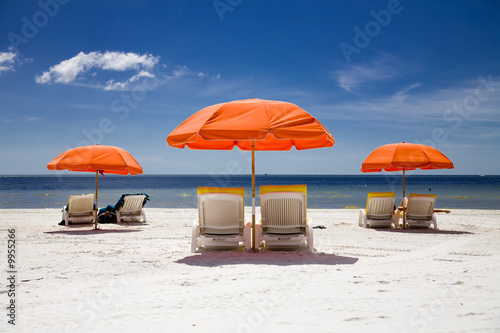 Foto Rollo Basic - sunny beach with umbrellas (von Sandor Jackal)