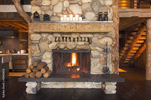 Fotografia Rustic Fireplace in Log Cabin