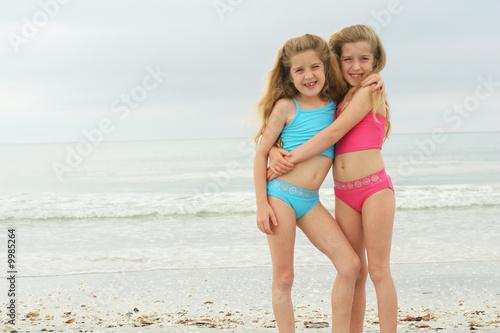 Fényképezés  happy twins at the beach