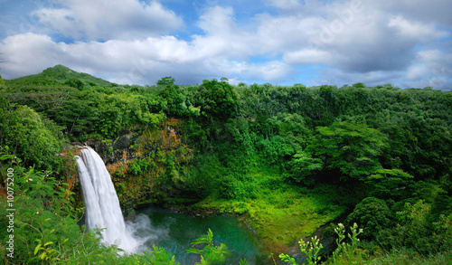 Tuinposter Blauwe hemel Lush Green Landscape Waterfall on the Hawaiian Islands
