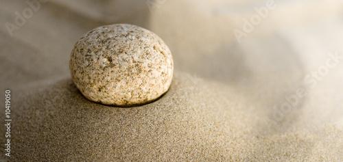Photo sur Plexiglas Zen pierres a sable galet sur le sable - pebble and sand
