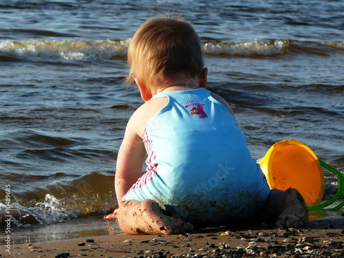 Fotografie, Tablou  Baby mit eimer
