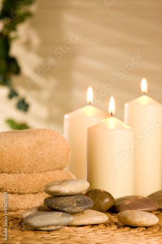Spa arrangement mit Kerzen und Steinen