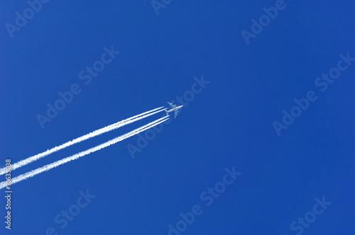 Photo Flugzeug mit Kondensstreifen
