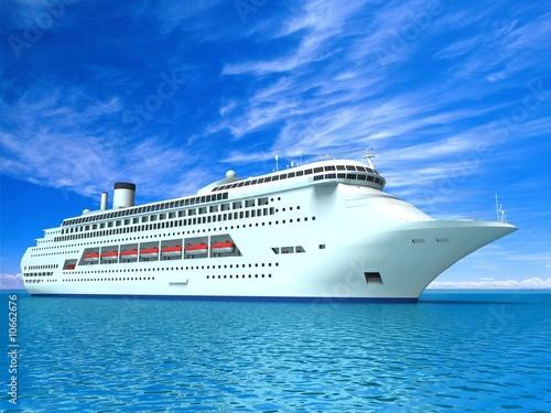 luksusowy-jacht-na-tle-bekitnej-wody-i-nieba