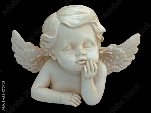 Valokuva petit ange sur fond noir