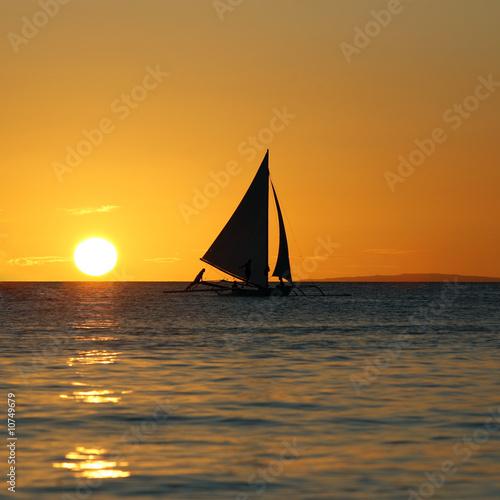 Montage in der Fensternische Rosa Drifting boat on a sunset