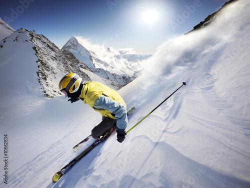 doswiadczony-narciarz-na-tle-szczytow-gorskich