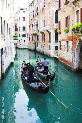 Photo Gondoliers on water
