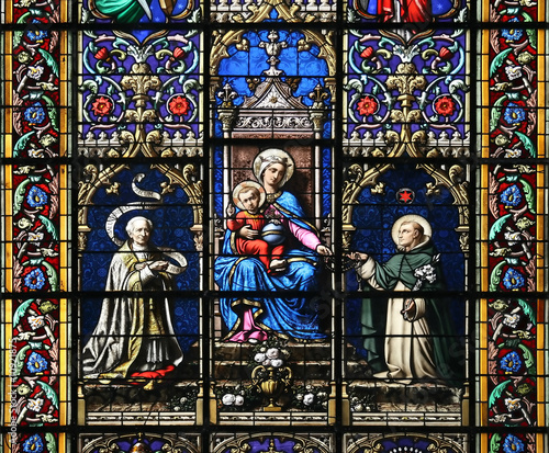 In de dag Stained Virgin Mary and Holy Child Jesus (stained glass window)