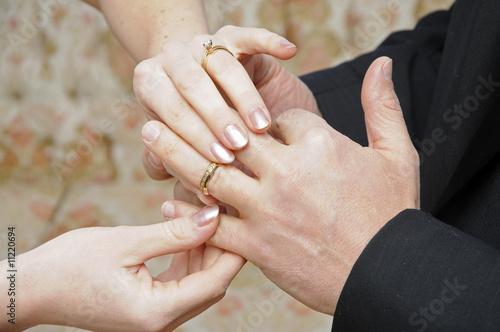 Valokuvatapetti Bride placing ring on finger of Groom