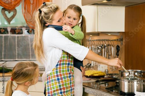 Leinwand Poster  Hausfrau mit Kindern Hut Jede Menge Spannung