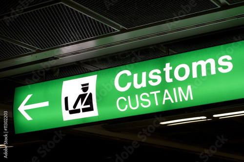 Fotografía  Customs sign in Airport and direction arrow