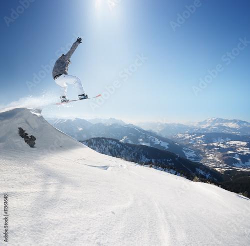 skaczacy-snowboardzista-na-tle-bezchmurnego-nieba