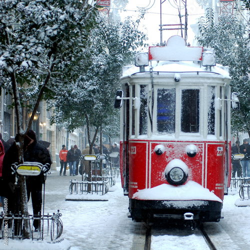 Photo  close up shot of tramway covered with snow in istanbul