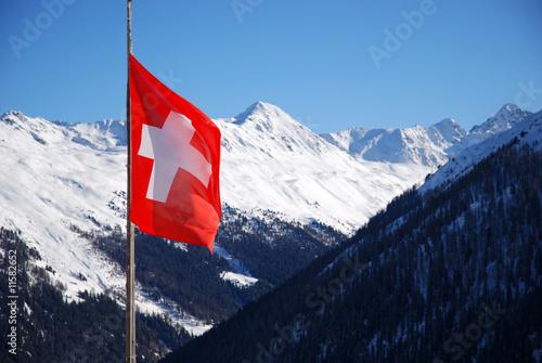 Spoed Foto op Canvas Canada Schweizer Flagge vor schneebedeckten Bergen