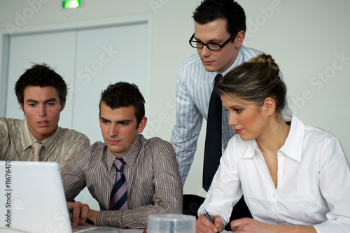 Foto  Groupe de jeunes adultes en formation