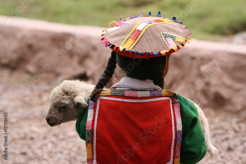 Poster de jardin Amérique du Sud Indio-Mädchen mit Lämmchen