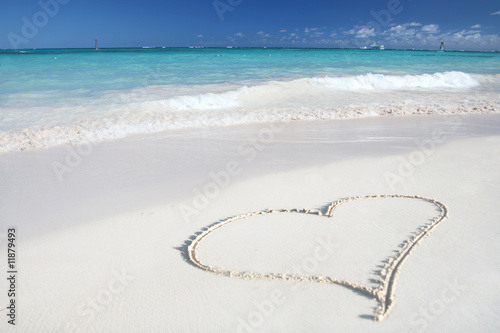 Stampa su Tela Heart on Beach Sand in Tropical Paradize: White Sand Beach and G