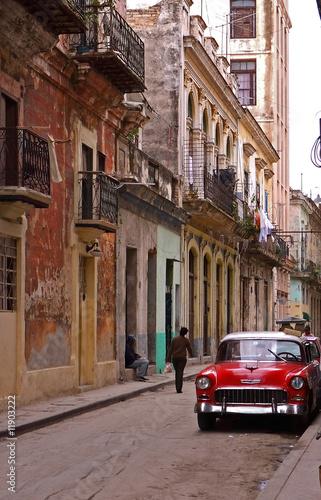 Deurstickers Cubaanse oldtimers Classic car waiting