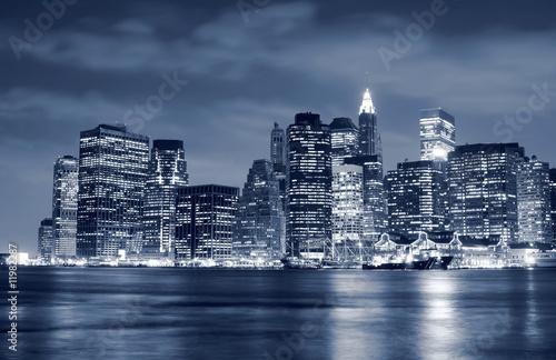 Foto-Flächenvorhang - Lower Manhattan skyline At Night (von Joshua Haviv)